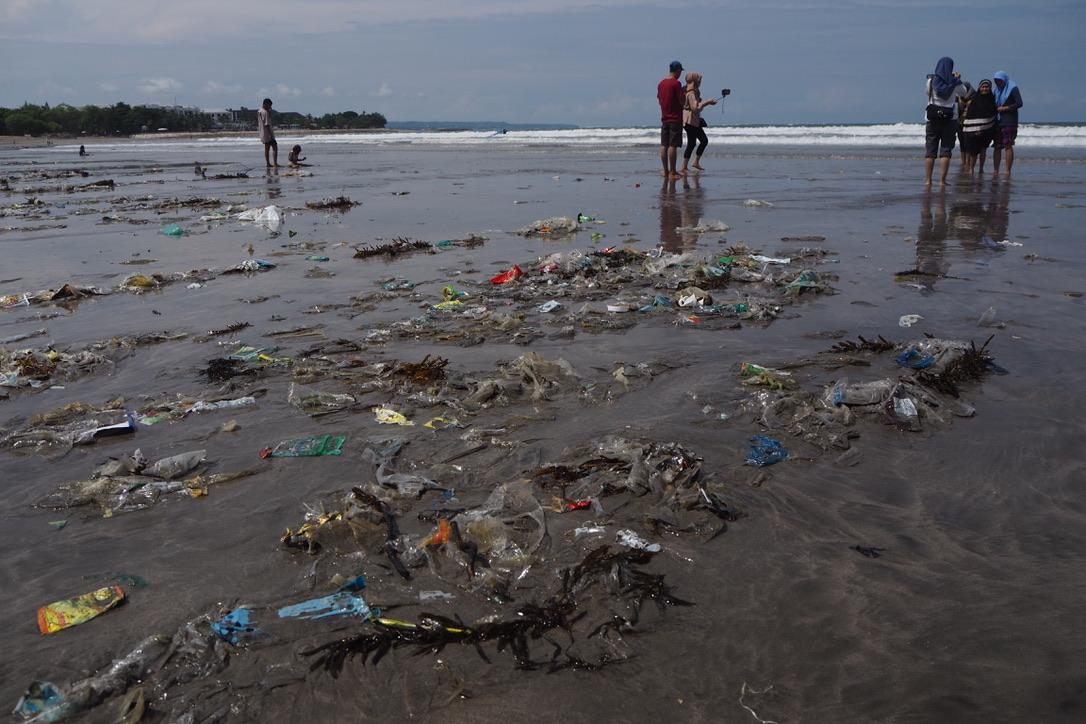 Sampah plastik di pantai ikut menyumbang jumlah sampah di Bali.