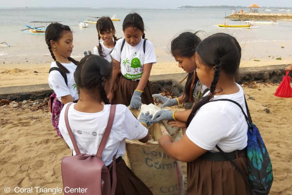 Anak-anak sekolah mengumpulkan sampah plastik di Pantai Mertasari, Sanur. Foto Coral Triangle Center.