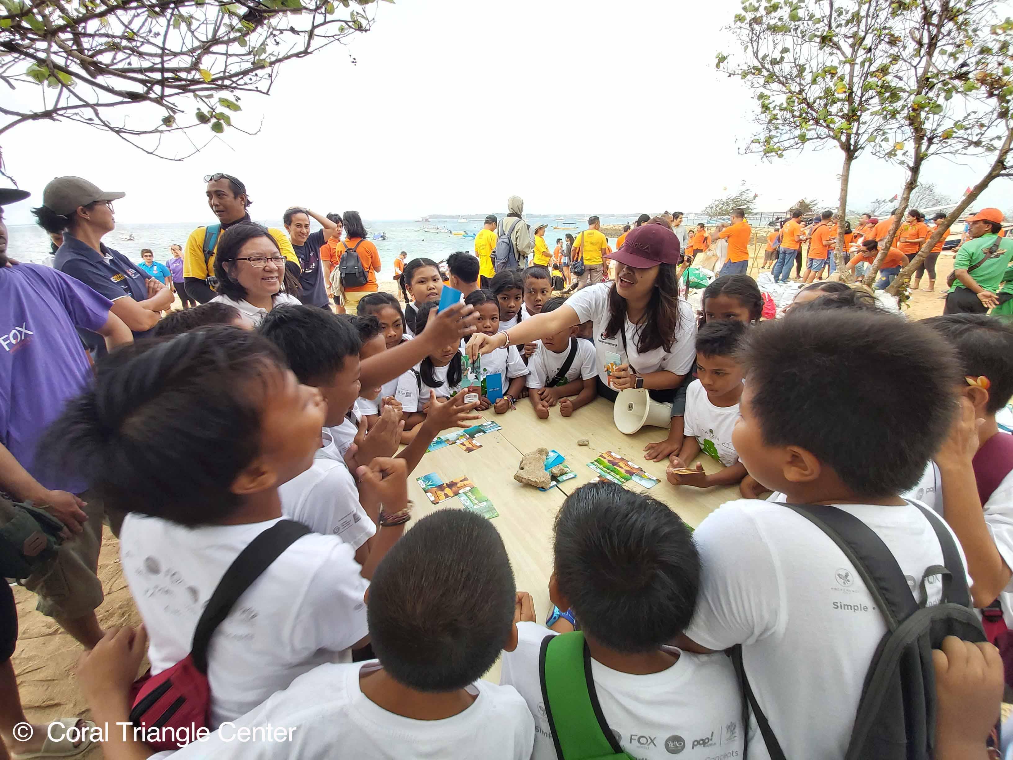 Anak-anak sekolah menhitung sampah plastik yang mereka kumpulkan di Pantai Mertasari, Sanur. Foto Coral Triangle Center.