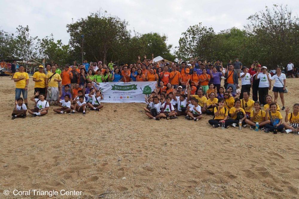 Anak-anak membersihkan sampah plastik di Pantai Mertasari