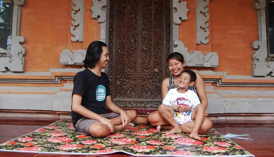 I Made Wahyu Diatmika, penyandang disabilitas yang menjadi pengusaha muda, bersama anak istrinya.