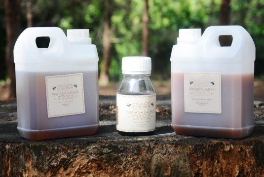 Madu dalam kemasan satu kilo dan 250 gram. Madu ini merupakan hasil produksi yang dilakukan Wahana Bahari. Hasil penjualan madu, sebagiannya untuk mendukung operasional konservasi Kelompok Masyarakat Wahana Bahari.