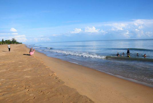 Suasana Pantai Paloh. Pantai dengan panjang 63 kilometer ini sebagai tempat penyu bertelur. Saat akhir pekan pantai ini kerap dikunjungi wisatawan.